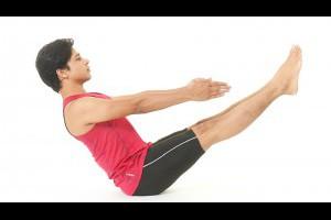 抬抬腳,就可燃燒卡路里!印度瑜珈冠軍示範「船式瑜珈」:一天3分鐘剷掉你的腹部脂肪-Sujit老師的3分鐘神奇瑜珈課-良醫健康網